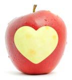 Pomme rouge avec un symbole de coeur Images libres de droits