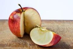 Pomme rouge coupée en tranches Images stock