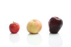 Pomme rouge d'isolement à l'arrière-plan blanc Image stock