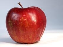 Pomme rouge d'isolement au-dessus du blanc Images libres de droits