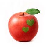 Pomme rouge d'isolement avec deux coeurs Photo stock
