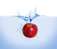 Pomme rouge dans l'eau Photographie stock