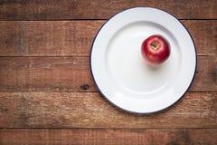 Pomme rouge de plat d'émail en métal Image libre de droits