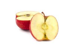 Pomme rouge divisée sur deux halfs Images libres de droits