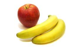 Pomme rouge et deux bananes Image stock