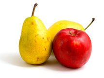 Pomme rouge et deux poires jaunes Photographie stock