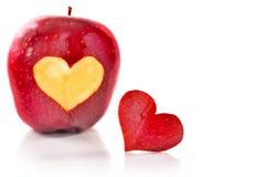 Pomme rouge et le coeur qui est coupé de la pomme Images libres de droits