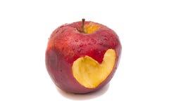 Pomme rouge fraîche avec le coupe-circuit en forme de coeur sur le fond blanc Photo stock