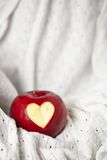 Pomme rouge fraîche avec un coupe-circuit de coeur Photos stock