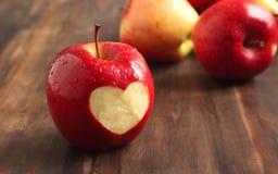 Pomme rouge fraîche avec un découpage en forme de coeur Photographie stock libre de droits