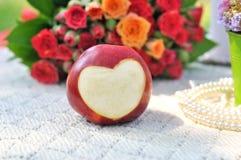 Pomme rouge fraîche avec un en forme de coeur Image libre de droits