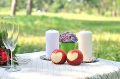 Pomme rouge fraîche avec un en forme de coeur Images libres de droits