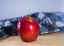 Pomme rouge fraîche sur la table en bois Photos stock
