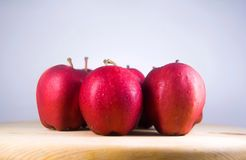 Pomme rouge fraîche sur la table en bois Photographie stock