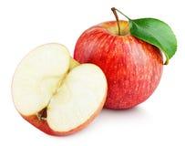 Pomme rouge mûre avec la moitié et feuille de pomme d'isolement sur le blanc Photo libre de droits
