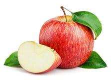 Pomme rouge mûre avec la tranche et feuilles d'isolement sur le blanc Image stock