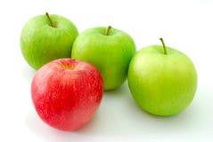 Pomme rouge restant à l'extérieur de la foule Photographie stock