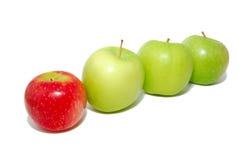 Pomme rouge restant à l'extérieur de la foule Photos libres de droits