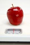 Pomme rouge sur l'échelle photographie stock