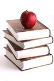 Pomme rouge sur la pile des livres Images libres de droits
