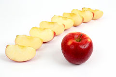 Pomme rouge sur un fond des morceaux coupés de pomme photographie stock libre de droits