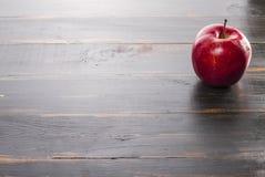 Pomme rouge sur une table en bois image stock