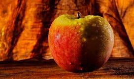 Pomme savoureuse mise le feu Images libres de droits