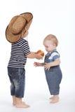 Pomme traitée d'ami de petit garçon Photos stock