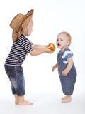 Pomme traitée d'ami de petit garçon Images stock