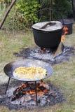 Pomme vapeur fraîche dans la grande poêle de restaurant Photo stock