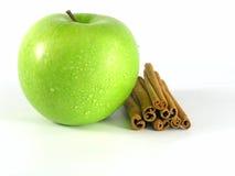 Pomme verte avec de la cannelle photo stock
