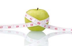 Pomme verte avec la bande de mesure Photos stock