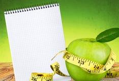 Pomme verte avec la bande de mesure sur le fond Images libres de droits