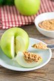Pomme verte avec le beurre d'arachide photo stock