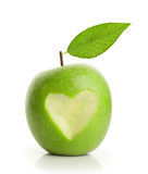 Pomme verte avec le coeur coupé Photographie stock libre de droits