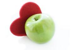 Pomme verte avec le coeur rouge Images libres de droits
