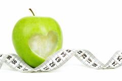Pomme verte avec un symbole de mesure de bande et de coeur d'isolement Images libres de droits
