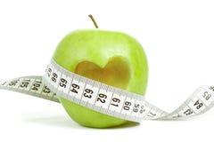 Pomme verte avec un symbole de mesure de bande et de coeur d'isolement Image libre de droits