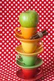 Pomme verte, bâtons de cannelle et cuvettes lumineuses Image libre de droits