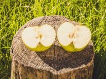 Pomme verte coupée dedans à moitié photos libres de droits
