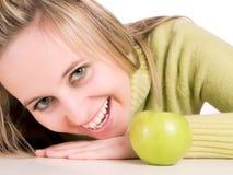 Pomme verte d'ANG de fille mignonne Photo stock