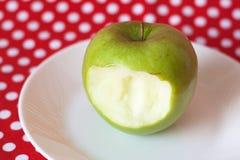 Pomme verte d'une plaque blanche Image stock