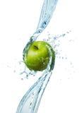 Pomme verte dans l'eau Photos stock