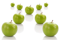 Pomme verte en position en travers Images stock