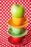 Pomme verte et cuvettes lumineuses Photographie stock libre de droits