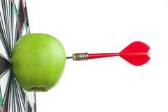 Pomme verte heurtée par dard dans la cible Photographie stock libre de droits