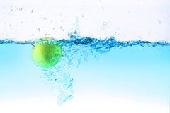 Pomme verte sous l'éclaboussement de l'eau Images libres de droits