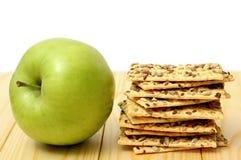 Pomme verte sur la table en bois Image libre de droits