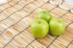 Pomme verte sur le tapis image stock