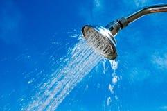 Pommeau de douche avec de l'eau l'écoulement de l'eau Photos stock